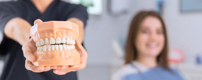 ¿Cómo dejar de apretar los dientes al dormir?